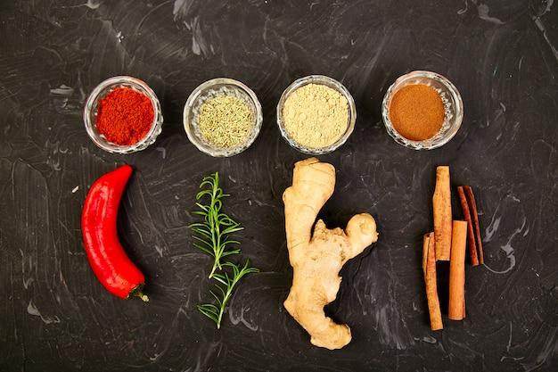 新鮮で乾燥した調味料のハーブとスパイス