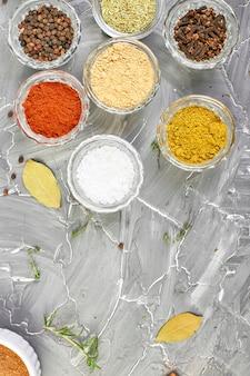 調味料。新鮮で乾燥したスパイスとハーブ調味料