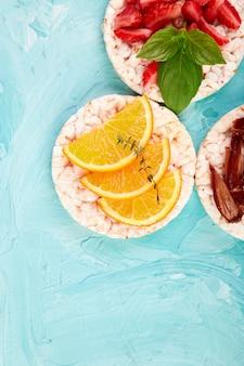 ライスクリスプブレッドと新鮮なフルーツのスナック