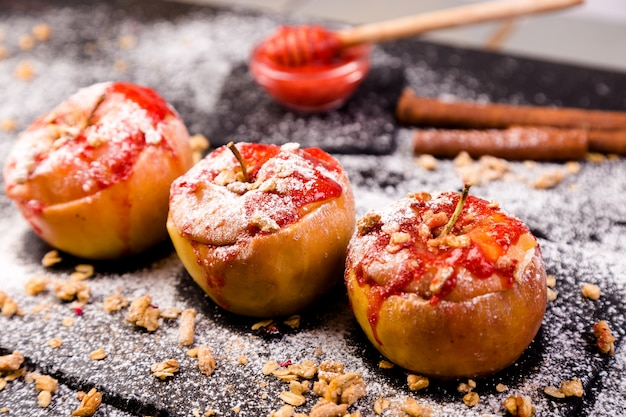 赤焼きりんご詰めカッテージチーズとグラノーラとジャム。健康的なダイエット食品。