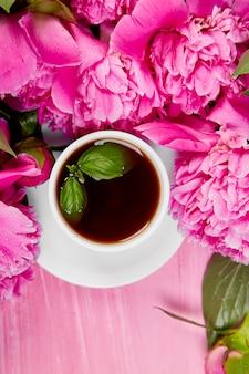 Букет пионов цветов и чашка кофе