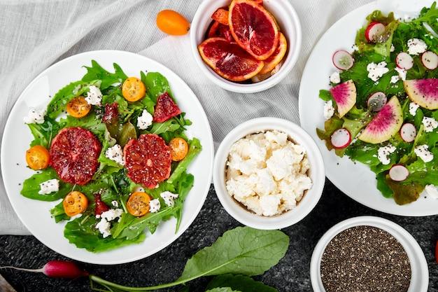 サラダを混ぜます。ビーガン、ベジタリアン、きれいな食事、ダイエット、食品のコンセプト。