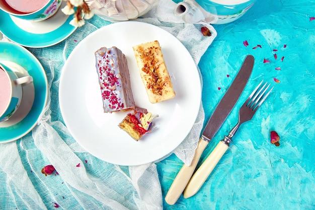 お茶とチョコレート入りのミニムースケーキ。