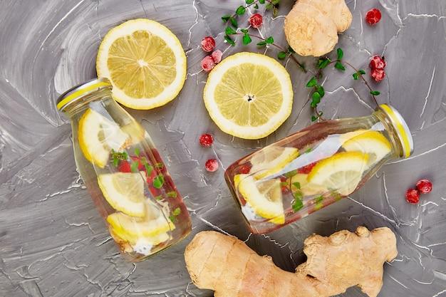 クランベリー、ジンジャー、レモン、ミント入りのボトル入りデトックス水