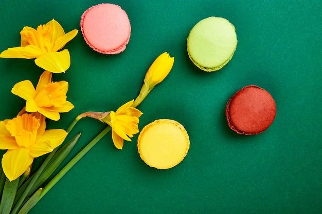 フランスの繊細さ、春の花でカラフルなマカロン。