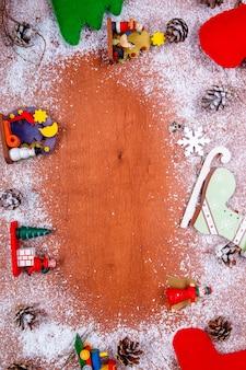 グリーティングカードとコピースペースを持つ木製の背景のクリスマスと新年のフレーム。