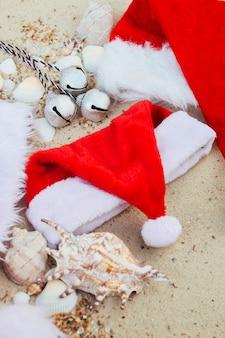Три рождественские шляпы на пляже.