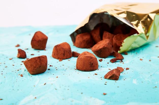 Выпадают шоколадные конфеты трюфели