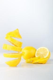飛んでいるレモン。スライスレモン