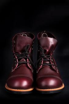 Высокие сапоги модные мужские кожаные коричневые туфли.