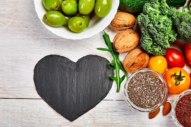 健康食品とハート形のプレート