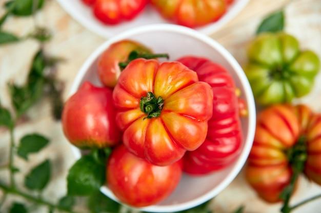美しいジューシーな有機赤いトマト