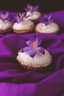 紫のクロッカスの花で飾られたマフィン。春。閉じる。