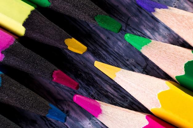 木製の色鉛筆のセット。マクロ。閉じる。