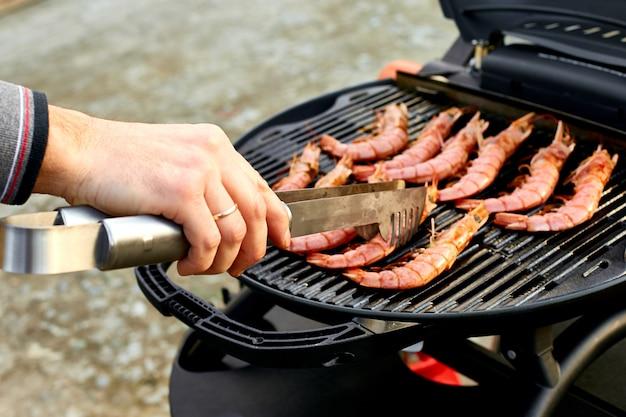 グリルの大きな虎海老エビのグリル鍋で料理人