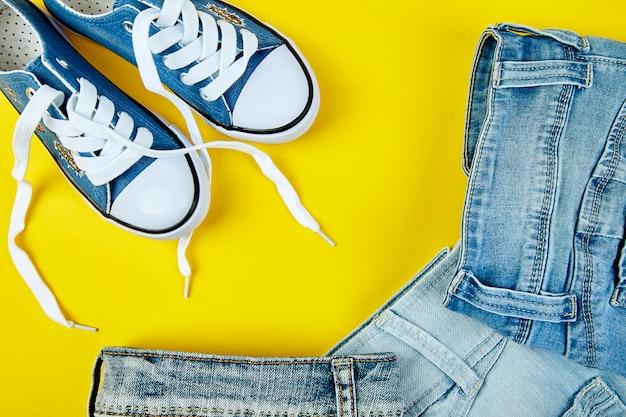 青い女性または男性のスニーカーとジーンズ、