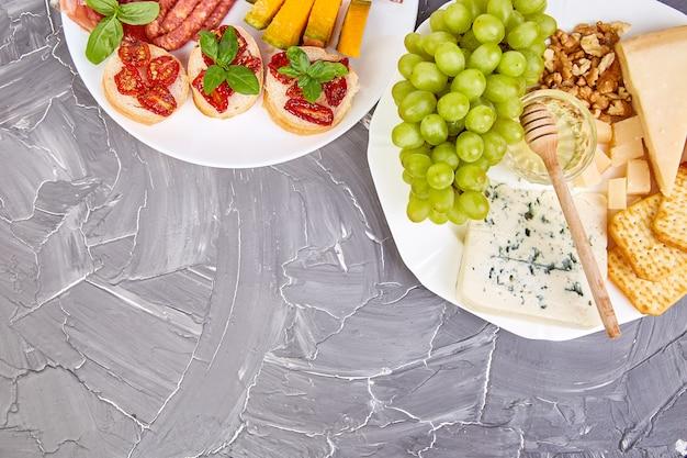 イタリアの前菜ワインスナックセット。前菜、ジャーキー、サラミ、