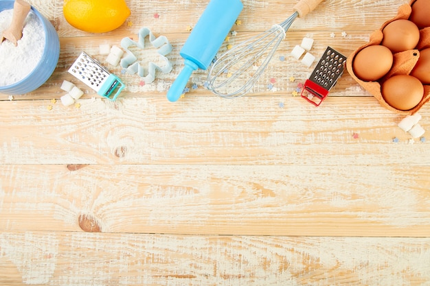 Выпечка или приготовление ингредиентов. пекарня рама. десертные ингредиенты и посуда.