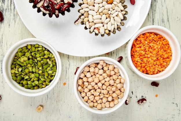 豆とマメ科植物のさまざまなコレクションセットのボウル。