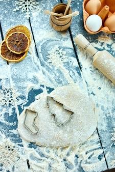 Кухонная утварь и ингредиенты для приготовления выпечки.