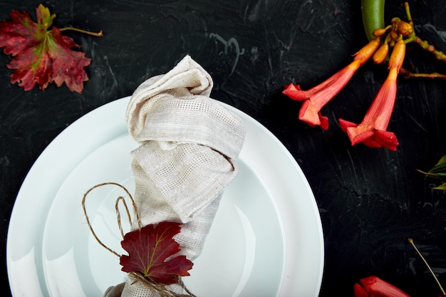 感謝祭のお祝いのための秋のテーブルセッティング