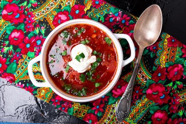 ウクライナの伝統的なボルシチ。ロシアのベジタリアン赤スープ