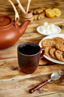 Послеобеденный чай, чайная церемония, чайник с медом, чашки чая с печеньем