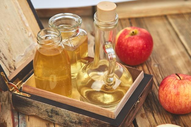 リンゴの有機酢のボトル