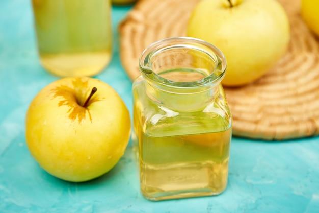 青のリンゴ有機酢のガラスボトル。