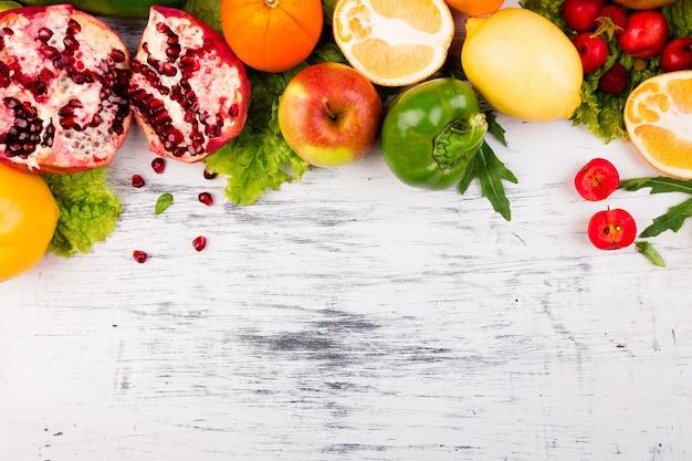 果物と野菜のフレーム。コピースペース。ビーガン透明な食べ物。