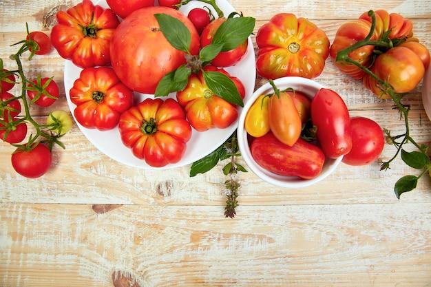 トマトの背景のミックス。美しいジューシーな有機赤いトマト