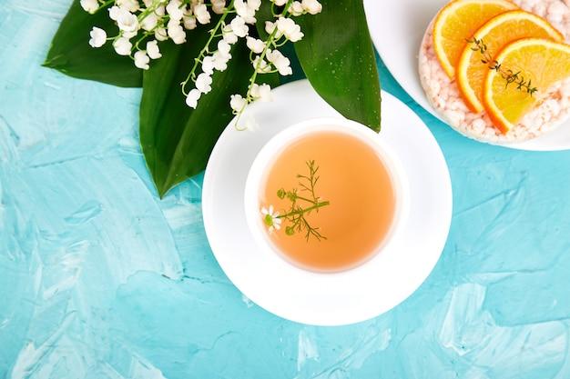 朝食-お茶、新鮮なフルーツ入りライスクリスプブレッド