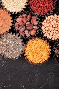 Различные суперпродукты в маленьких мисках