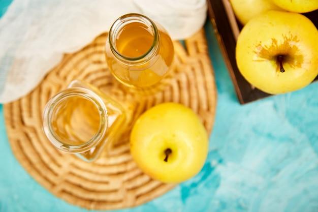 リンゴの有機酢と青リンゴのボトル