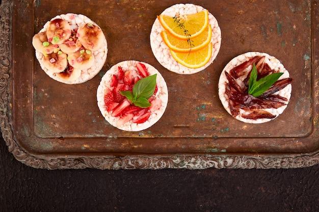 ライスクリスプブレッドと新鮮な果物のスナック