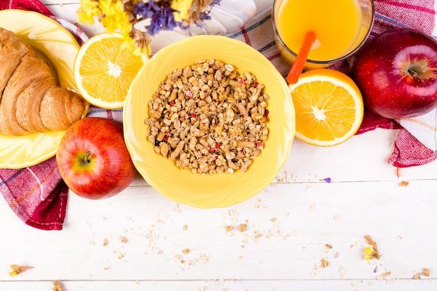 健康的な朝食。さまざまな品揃えセット。
