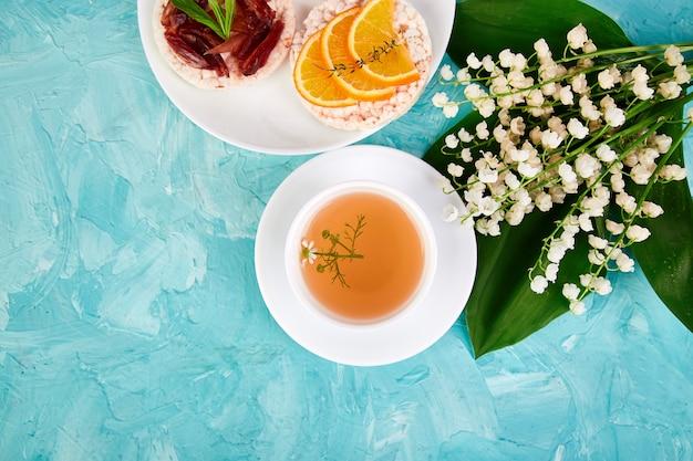 朝食-お茶、新鮮なフルーツのライスクリスプブレッド