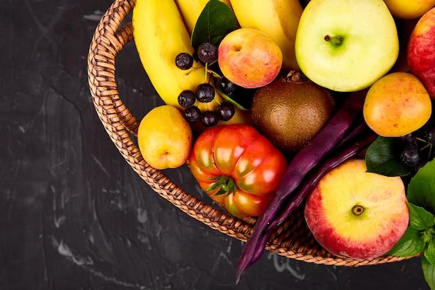 Здоровый красочный выбор блюд: фрукты, овощи, суперпродукты