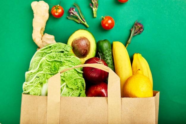 食料品のコンセプト。さまざまな果物のフルペーパーバッグ