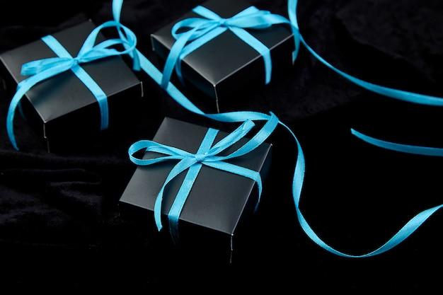 ブルーのリボンと豪華な黒いギフトボックス