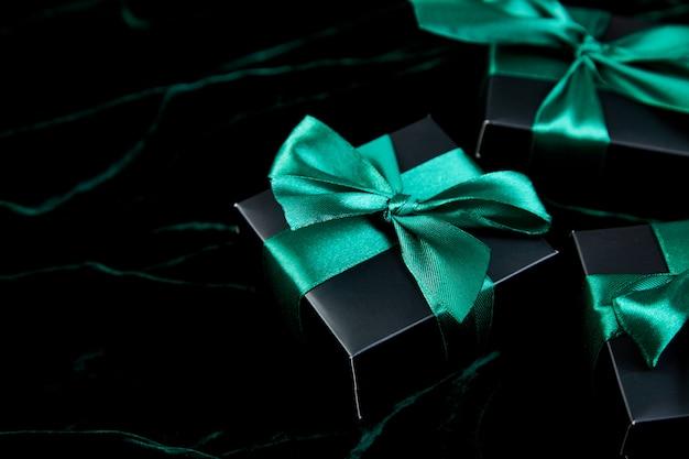 緑のリボンと豪華な黒いギフトボックス