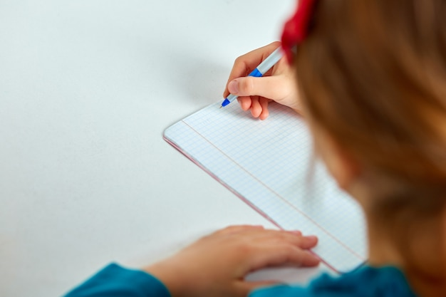 宿題、執筆、勉強をしている女子高生