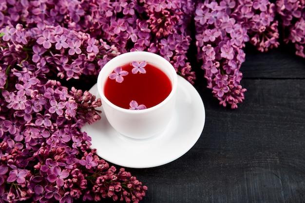 紅茶と花束のライラックのカップ