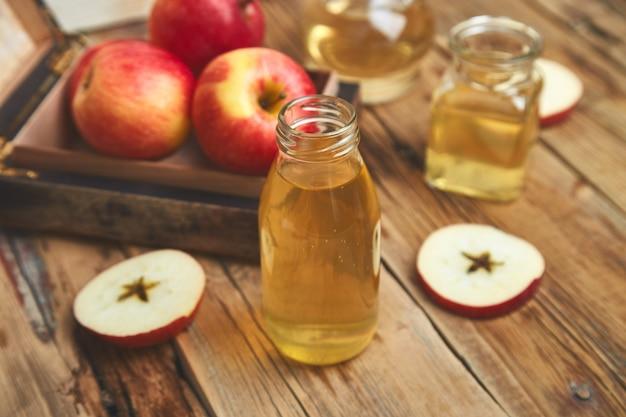 リンゴ酢。リンゴの有機酢のボトル