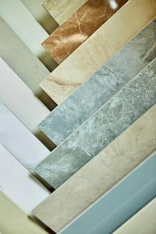 さまざまな装飾タイルのサンプル。店内の石タイルのカラフルなサンプル
