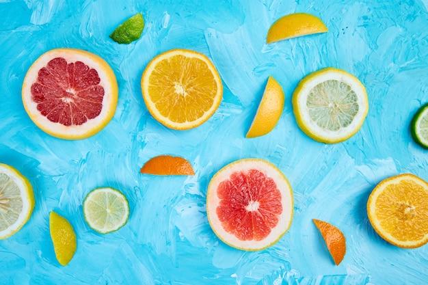 柑橘類のスライスで作られたカラフルなパターン