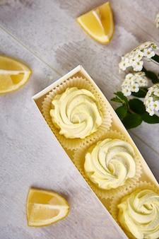 自家製レモン黄色マシュマロのギフトボックス。