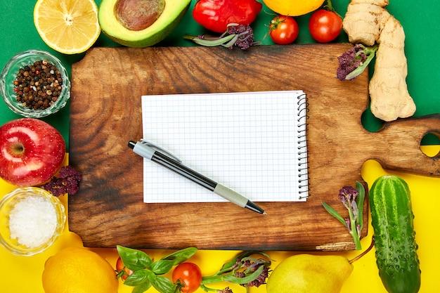 買い物リスト、レシピ本、ダイエット計画。ダイエットまたはビーガンフード