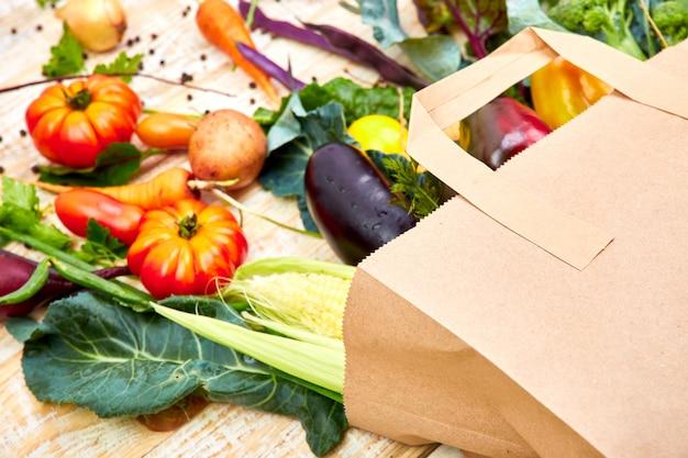 Бумажный пакет с различными полезными для здоровья овощами