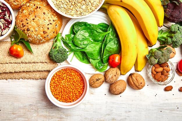 Выбор продуктов с высоким содержанием клетчатки на белом фоне деревянные